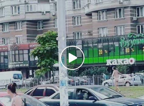 Голого мужчину заметили в столице / Скриншот