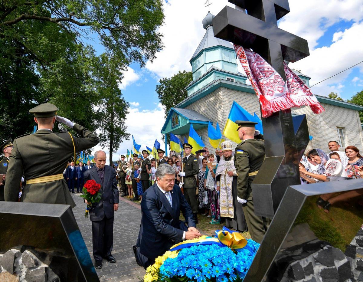 Порошенко: Политики не должны спекулировать историей / фото facebook/petroporoshenko