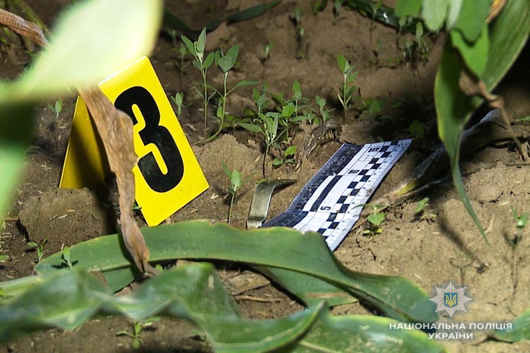 Во время осмотра места происшествия правоохранители изъяли рычаг к запалу от гранаты УЗРГМ-2 / фото vn.npu.gov.ua