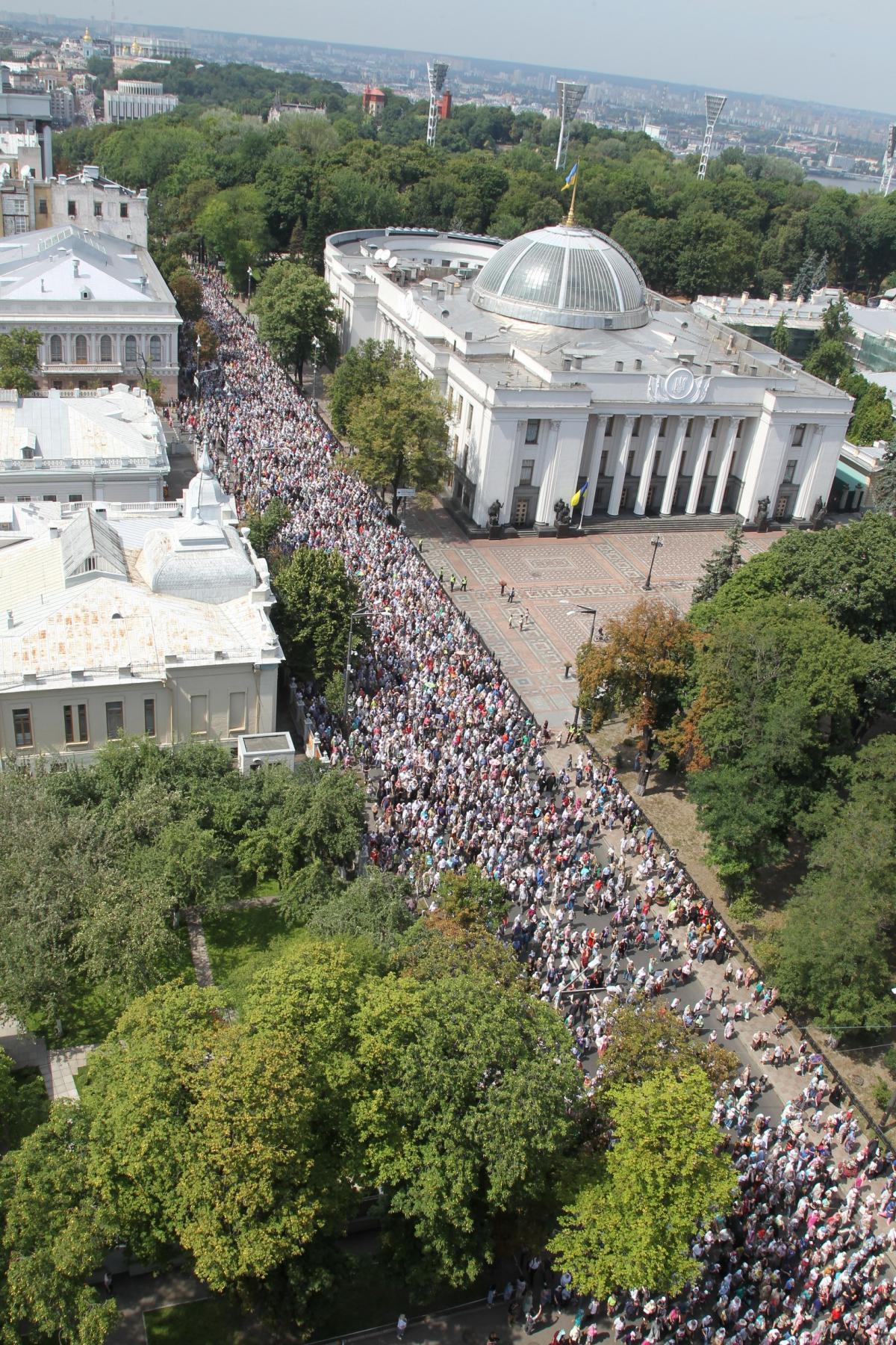 Участники Крестного хода - 2017 на улице Грушевского в Киеве / vera.foma.in.ua