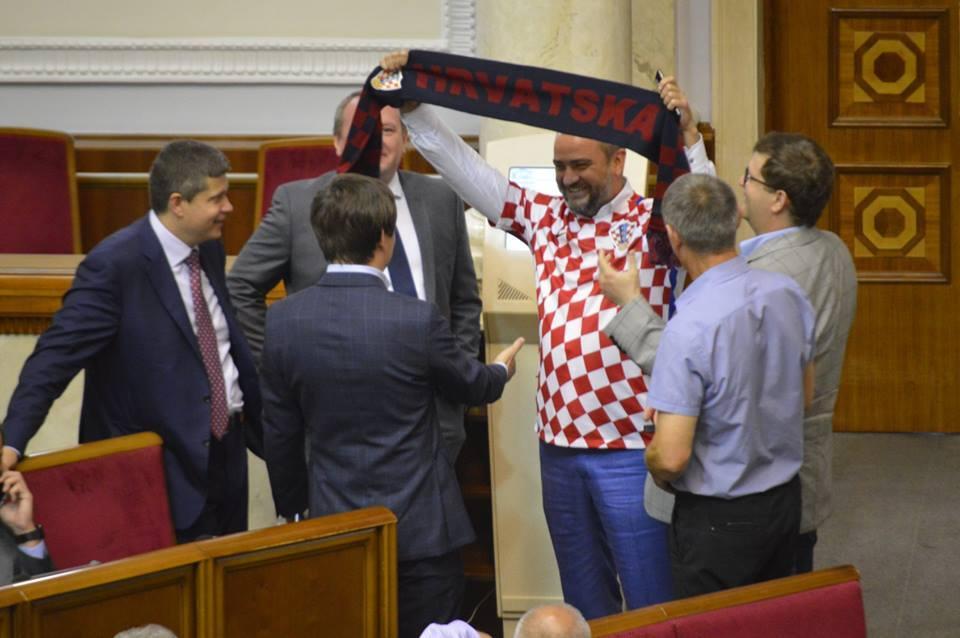 Андрій Павелко прийшову будівлю парламенту у футболці збірної Хорватії / Sport Arena