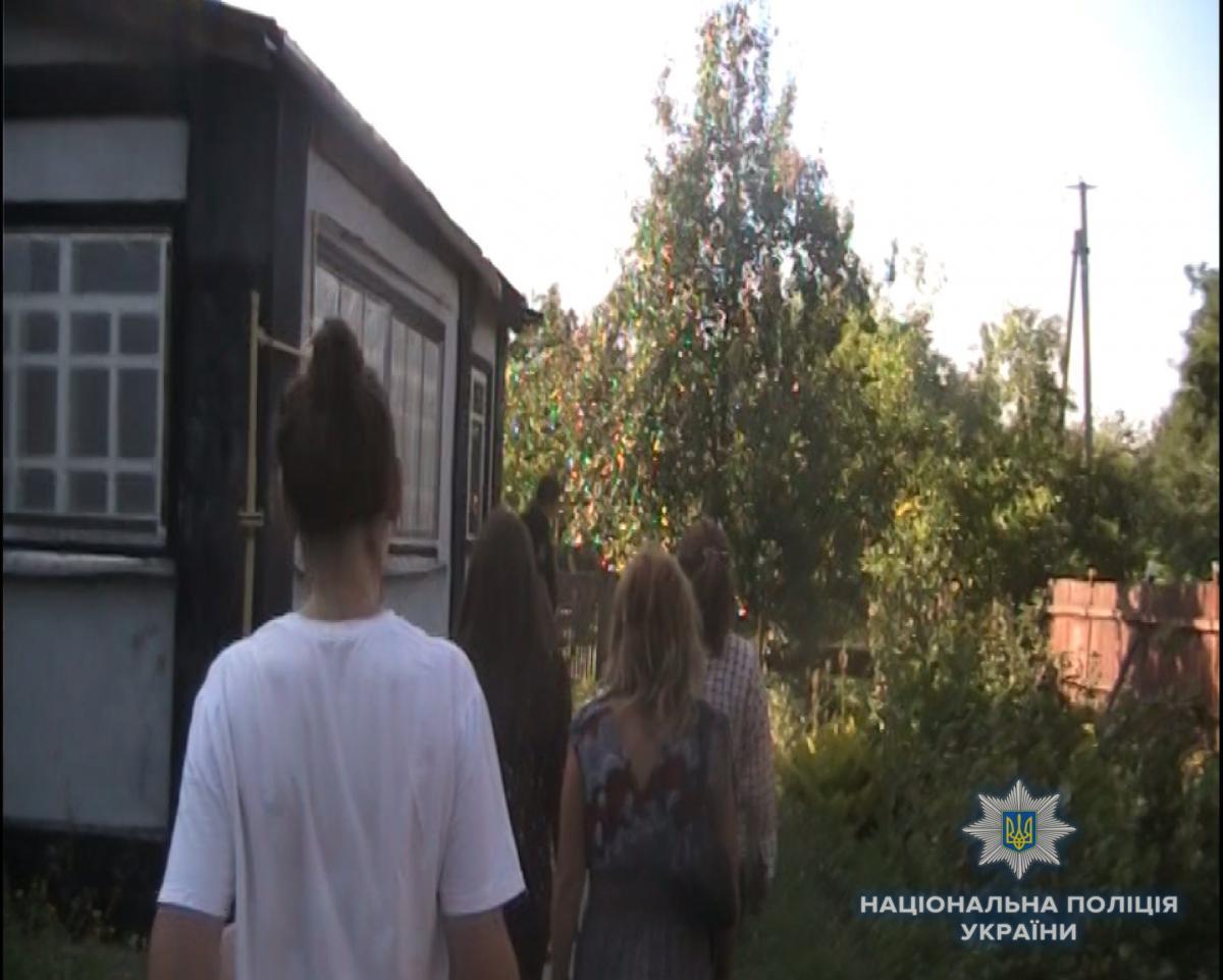 Пенсіонер ґвалтував дівчинку у своєму помешканні / фото facebook.com/pol.kievregion