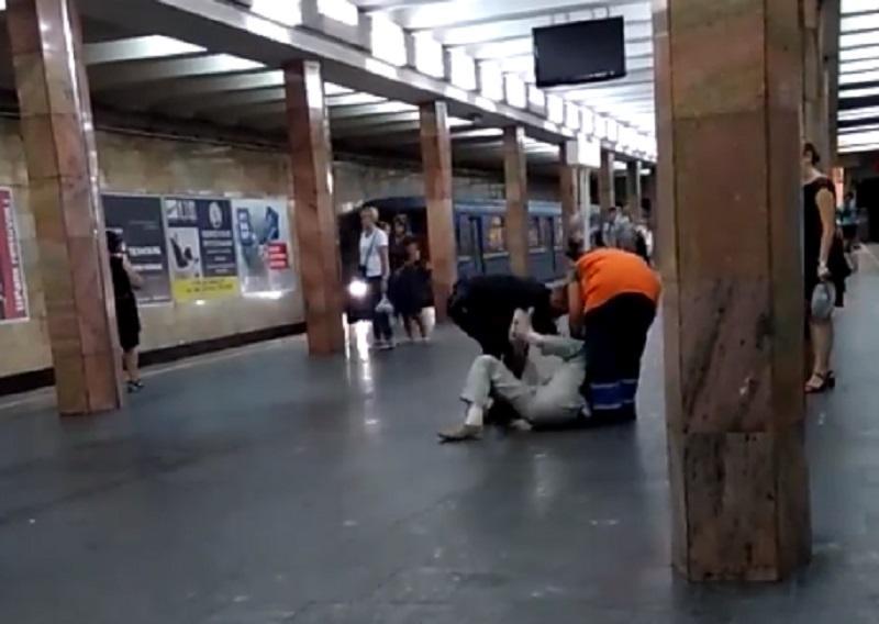 Задержать мужчину полицейскому помогла уборщица / Скриншот из видео facebook.com/LiveKyiv
