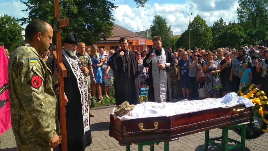 Похоронили военнослужащего на кладбище его родного села