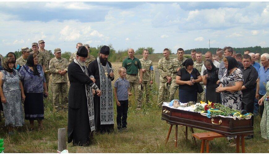 Похоронили военнослужащего на кладбище его родного села / sarny.church.ua