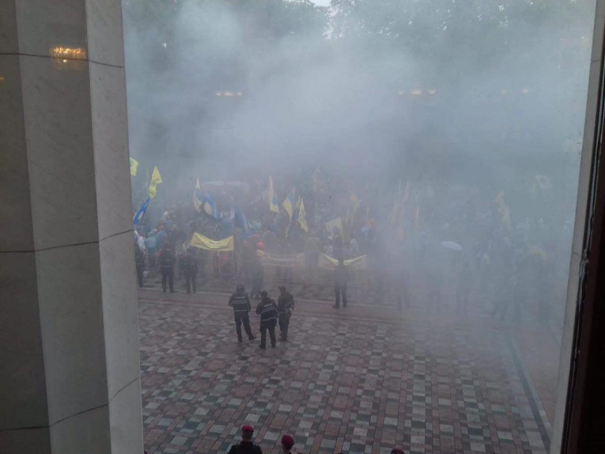 Під парламентом сьогодні неспокійно / фото Апостроф