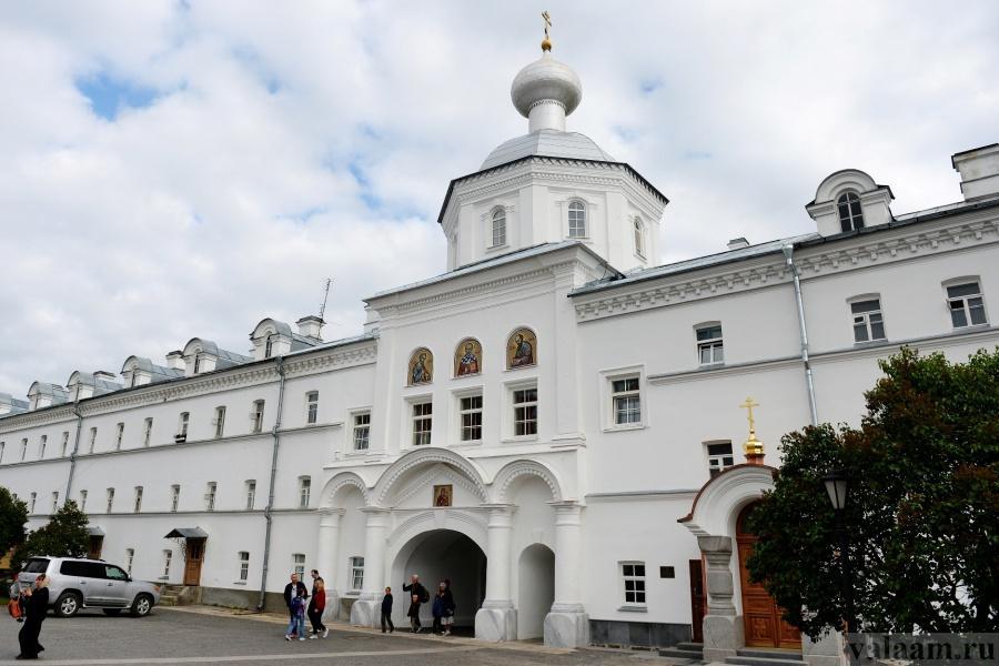 Надвратный храм в честь святых апостолов Петра и Павла / valaam.ru