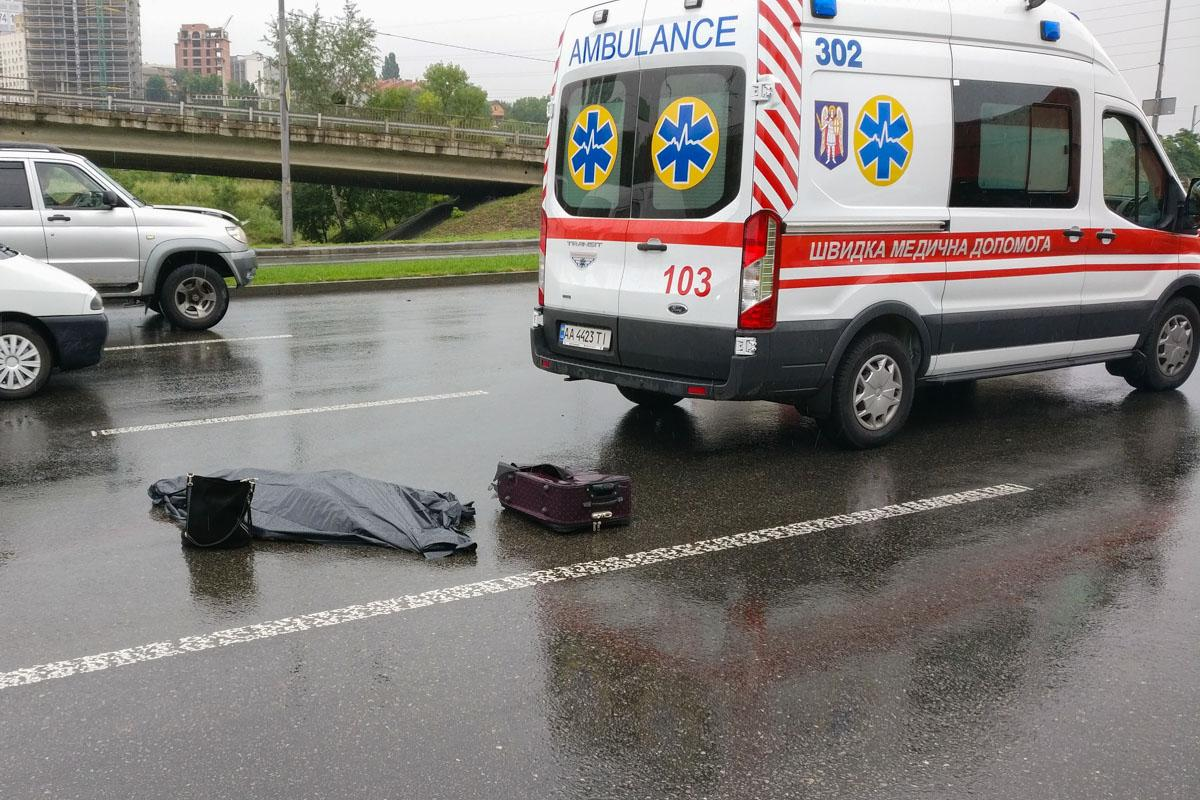 У Києві автомобіль на смерть збив жінку-пішохода / фото Артур Дубровенко / Інформатор