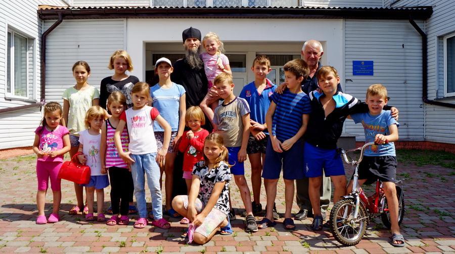Ченці Києво-Печерської лаври відвідали дитячий реабілітаційний центр у Київській області / lavra.ua