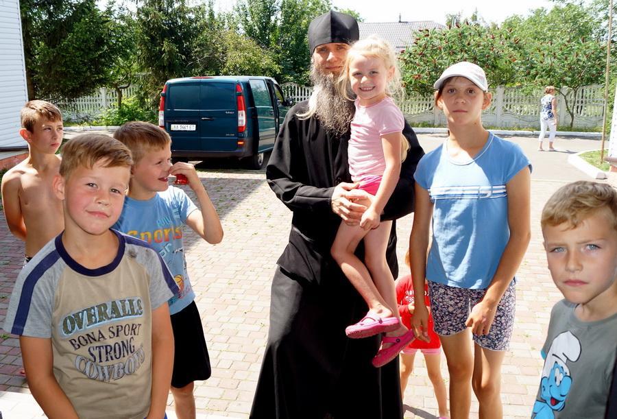 Дітям були передані іконки, солодощі, іграшки, необхідні медикаменти / lavra.ua