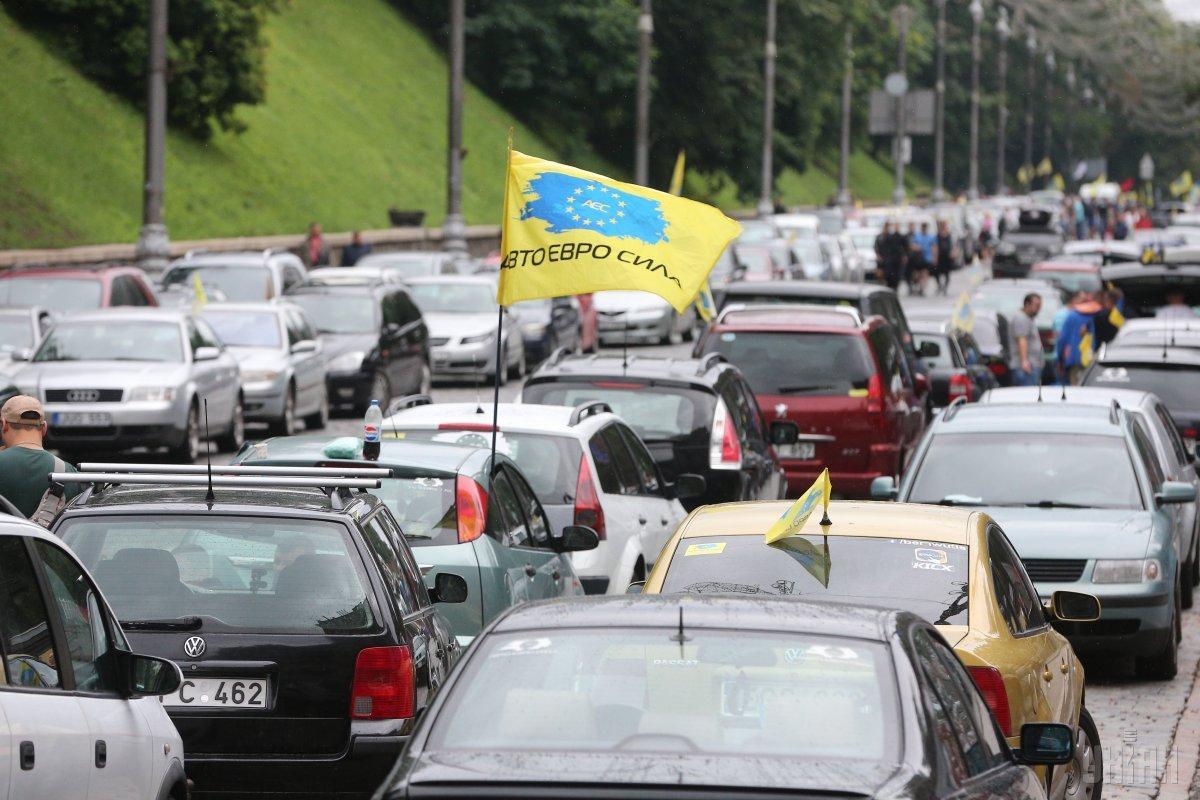 Під Верховною Радою вже другий день проходить акція протесту автомобілістів / фото УНІАН