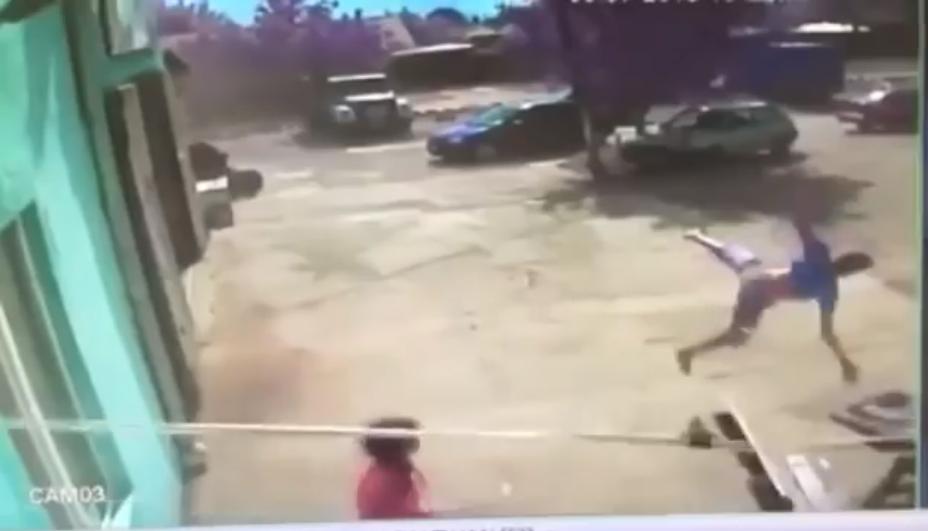 На Одещині сильний вітер на кілька секунд підійняв підлітка у повітря / скріншот
