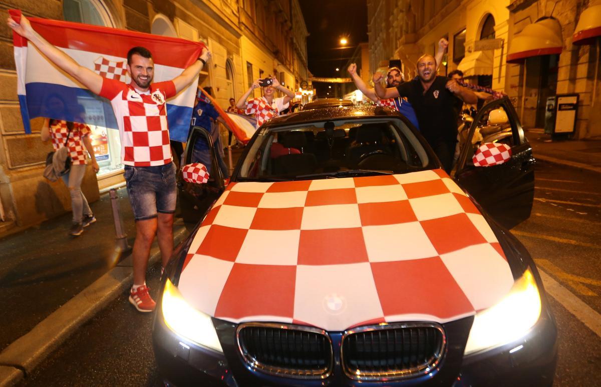Хорватские болельщики в Загребе празднуют выход своей сборной в финал ЧМ-2018 / REUTERS