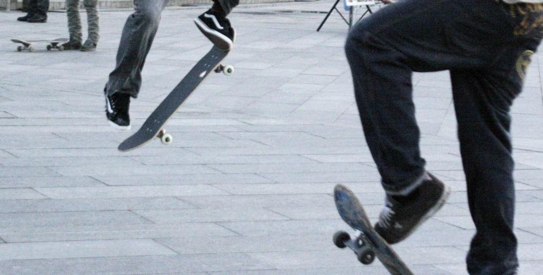 Около 5:00 гости из Днепра катались на скейтах, когда раздались выстрелы / Фото УНИАН