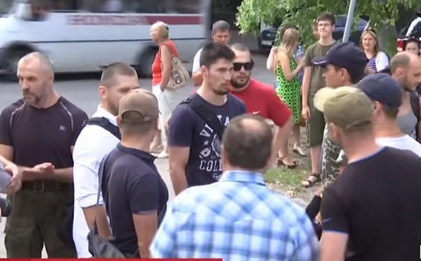 Сейчас правоохранители изучают, законно ли киоск стоит на газоне / скриншот видео ТСН