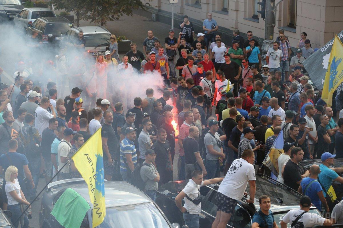 Власники авто на єврономенрах намагалися заблокувати депутатам вихід з парламенту / фото УНІАН