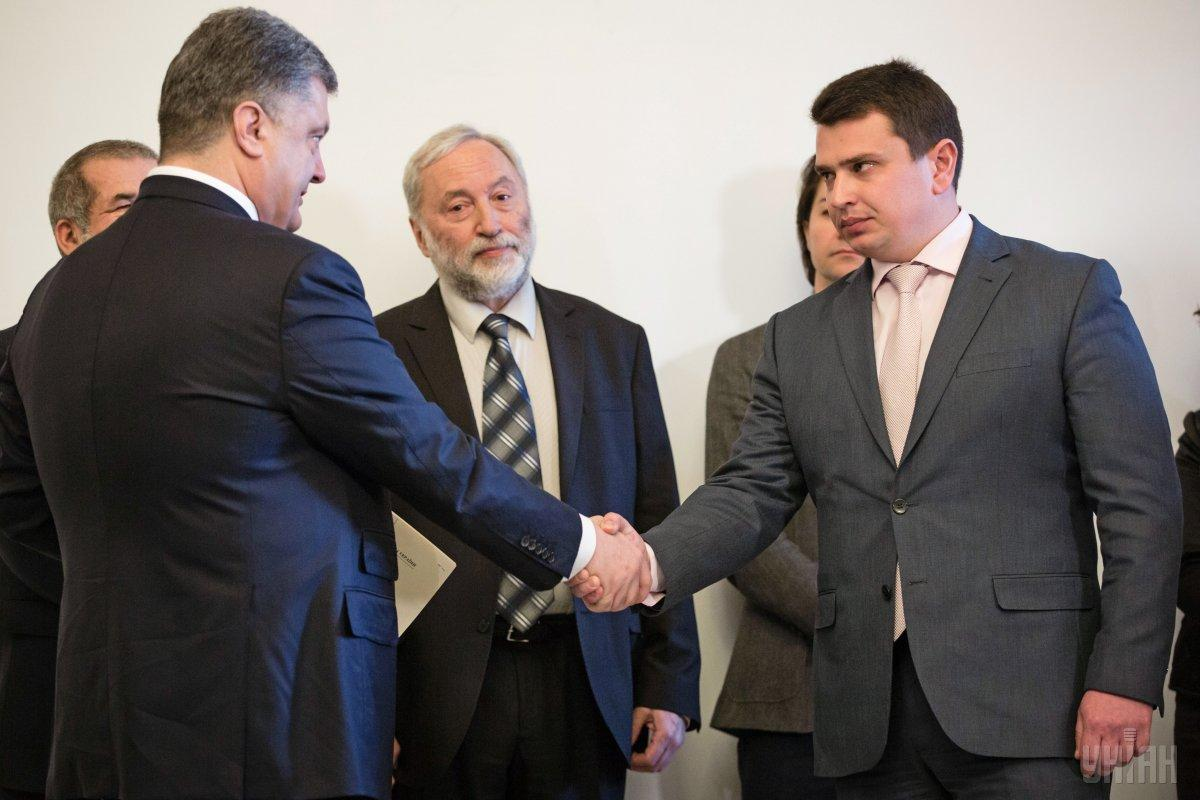 Poroshenko (left) is shaking hands with Sytnyk (right) / Photo from UNIAN