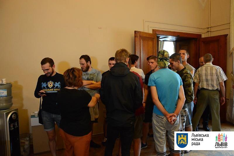 """В горсовете утверждают, что молодые люди в футболках """"Нацкорпуса"""" силой ворвались в помещение / фото city-adm.lviv.ua"""
