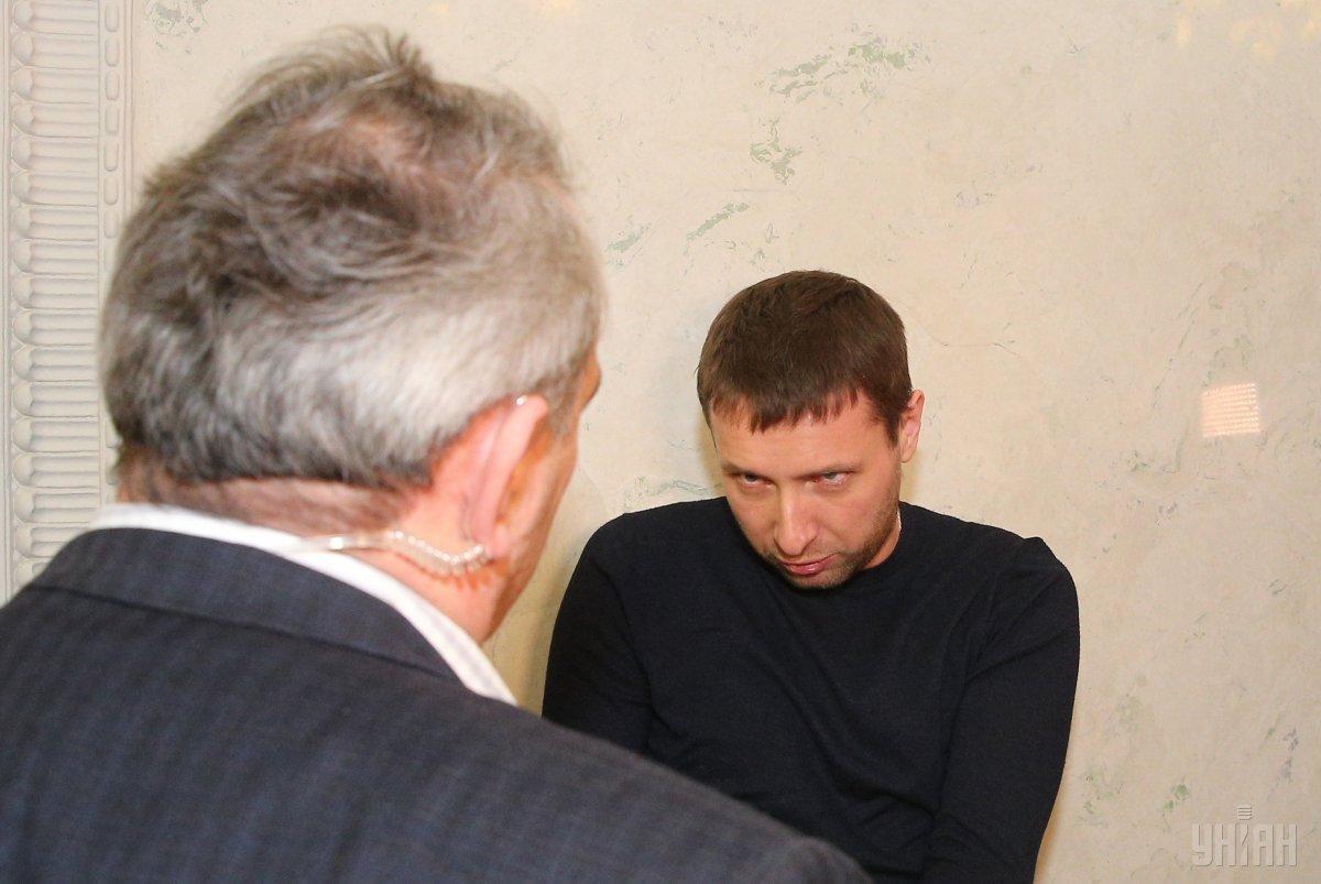 После принятия закона о запрете проношения оружия в ВР Парасюк, на которого среагировал металоискатель, устроил из своего «разоружения» настоящее шоу / фото УНИАН