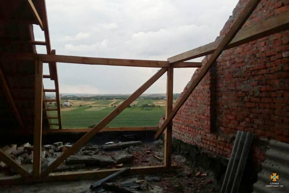 З декількох будинків через негоду позривало дахи / Фото ДСНС