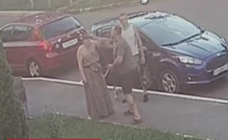 Факт избиения зафиксировала камера наружного наблюдения / скриншот видео ТСН