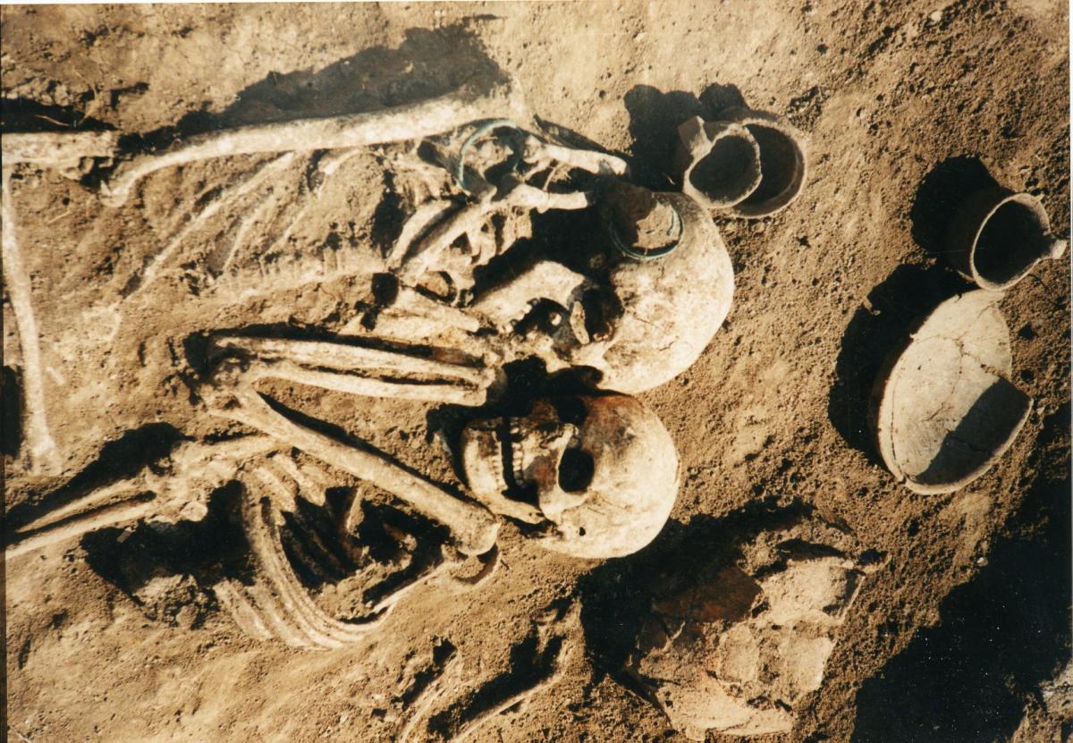 Скелеты мужчины и женщины лежат в могиле, крепко обнимая друг друга / фото Николай Бандривский