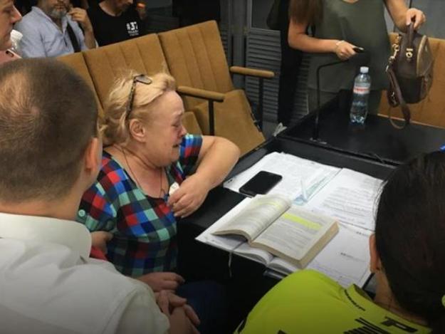 Женщина стала на колени в суде / фото objectiv.tv