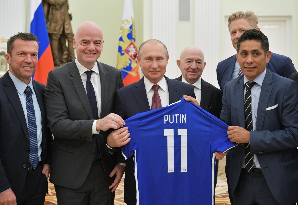 По мнению ФИФА, спорт - вне политики / REUTERS