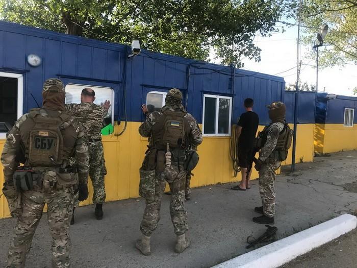 СБУ разоблачила старшего инспектора Одесской таможни на взятке за перевозки фруктов / фото СБУ