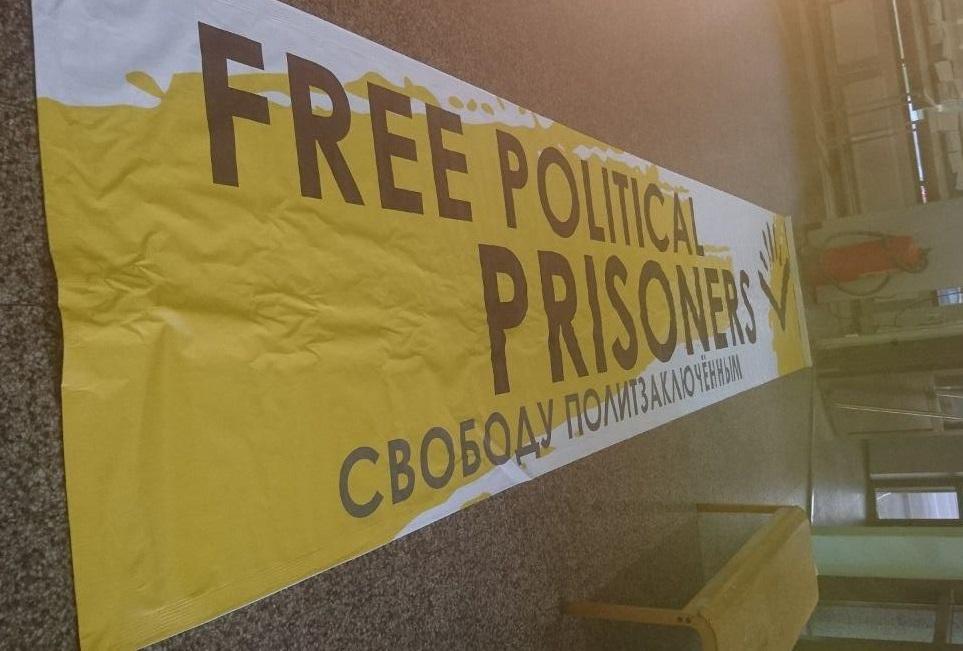 Награнице сФинляндией задержали активистов «Открытой России» сбаннером «Свободу политзаключенным»