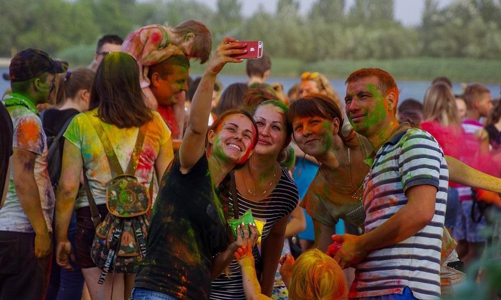 Большинство людей пришли на фестиваль ради «битвы» красками / nikcenter.org