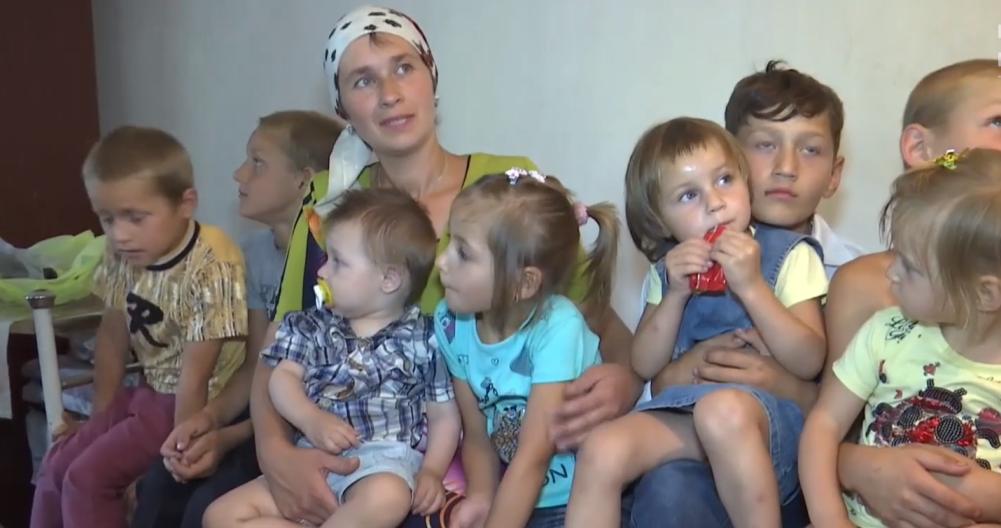 Убагатодітній родині хрестили відразу 8 дітей / tsn.ua