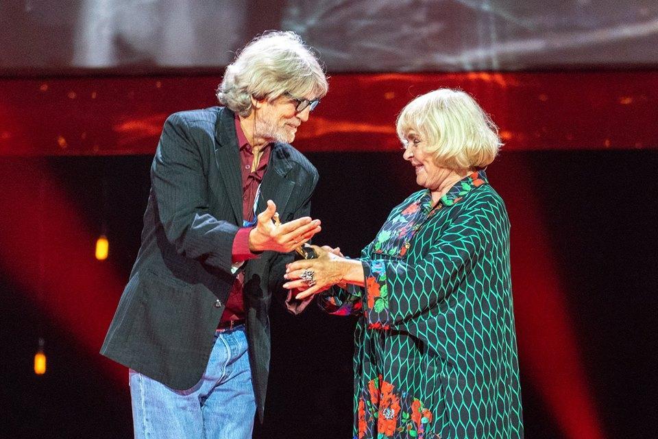 Эрик Робертс вручил почетную премию Одесского кинофестиваля Аде Роговцевой / фото УНИАН