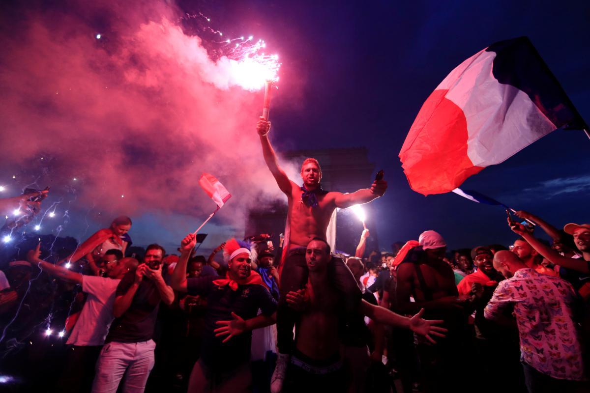 Болельщики сборной Франции празднуют победу команды на ЧМ-2018 / REUTERS