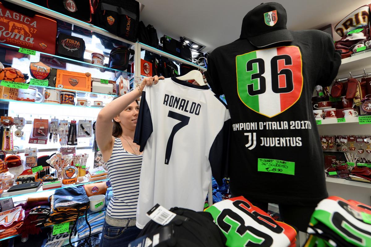 Футболки Роналду в Турині розлітаються як гарячі пиріжки / REUTERS