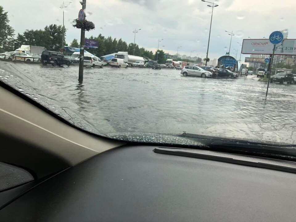 """Злива затопила дорогу біля станції метро """"Вирлиця"""" / фото facebook.com/dmitriy.demchuk"""
