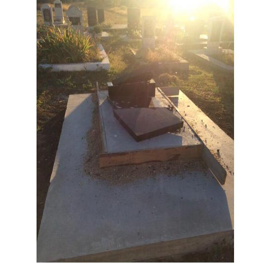 На мусульманском кладбищевандалы разрушили около 15 надгробий / islam-today.ru
