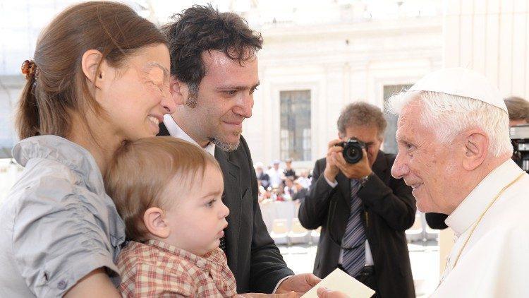 К'яра, Енріко та Франческо на аудієнції у Папи Венедикта XVI. Травень 2012 р./ vaticannews.va