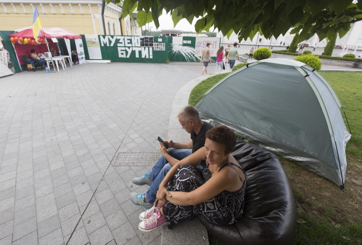 Почти месяц активисты дежурят на Почтовой / Фото УНИАН