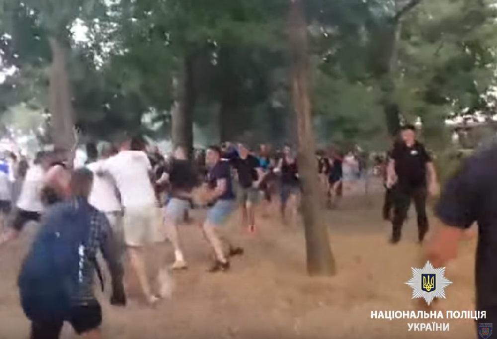 Пострадали двое полицейских / Кадр из видео полиции
