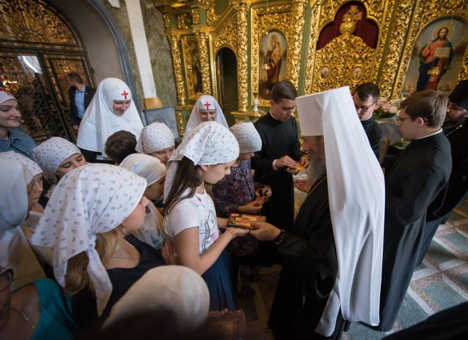 Предстоятель УПЦ вручил детям подарки и благословил в дорогу/ news.church.ua