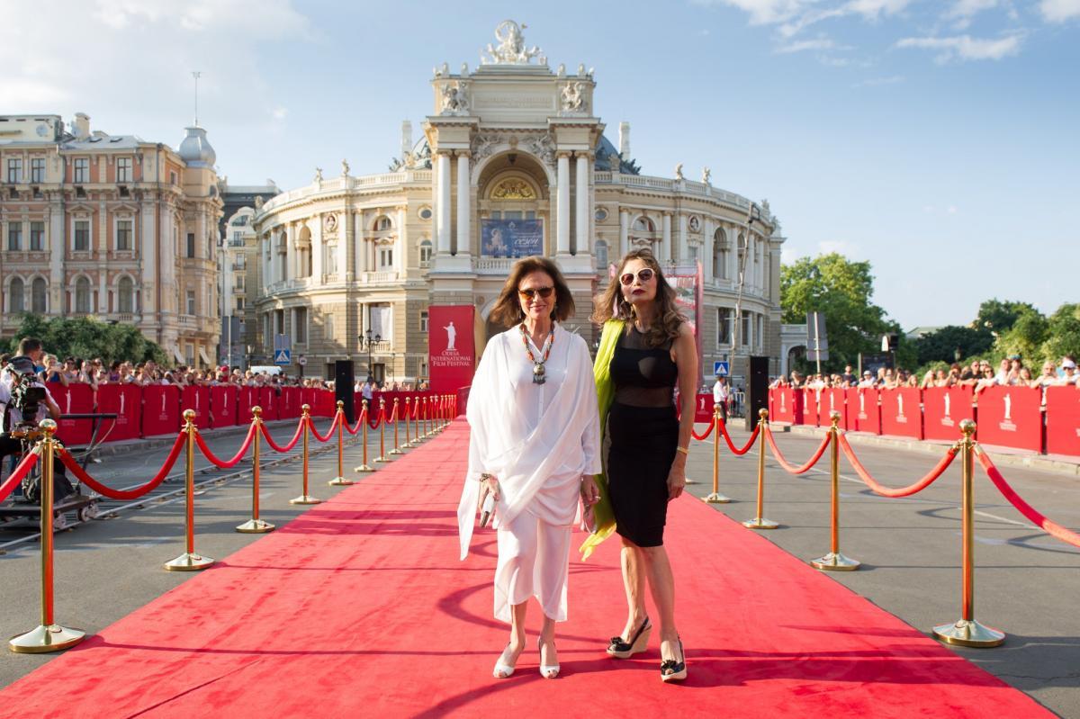 Жаклин Биссет на ОМКФ получила «Золотой Дюк» за вклад в киноискусство / фото ОМКФ