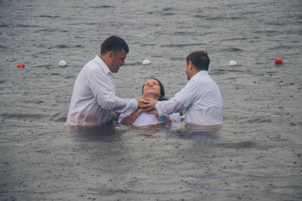 Обряд крещения совершили одновременно полтысячи христиан-пятидесятников / kiev.informator.ua