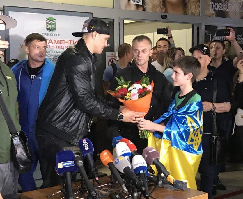 Усика в Жулянах зустрічали з квітами/ isport.ua