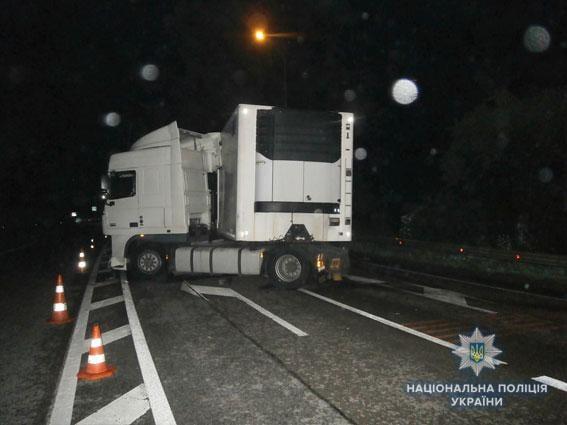 593351316b613e Внаслідок зіткнення легковика та вантажівки на Львівщині загинуло двоє  людей/ фото lv.npu.