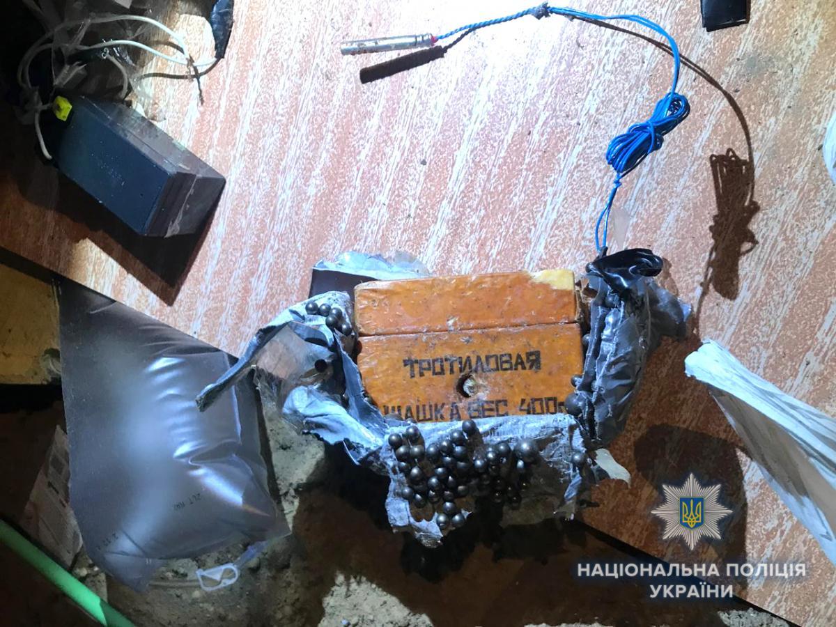 Во время обысков полицейские изъяли самодельное взрывное предмет / rv.npu.gov.ua