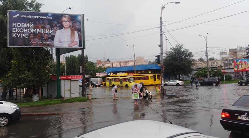 На перетині вулиць Сирецькій та Кирилівської нічого нового - тут знову потоп / фото Stanislav Shepeliev