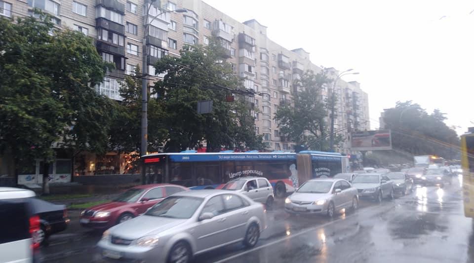 Пробка перед Сирецькій вже є, і це ще не годину пік / фото Stanislav Shepeliev