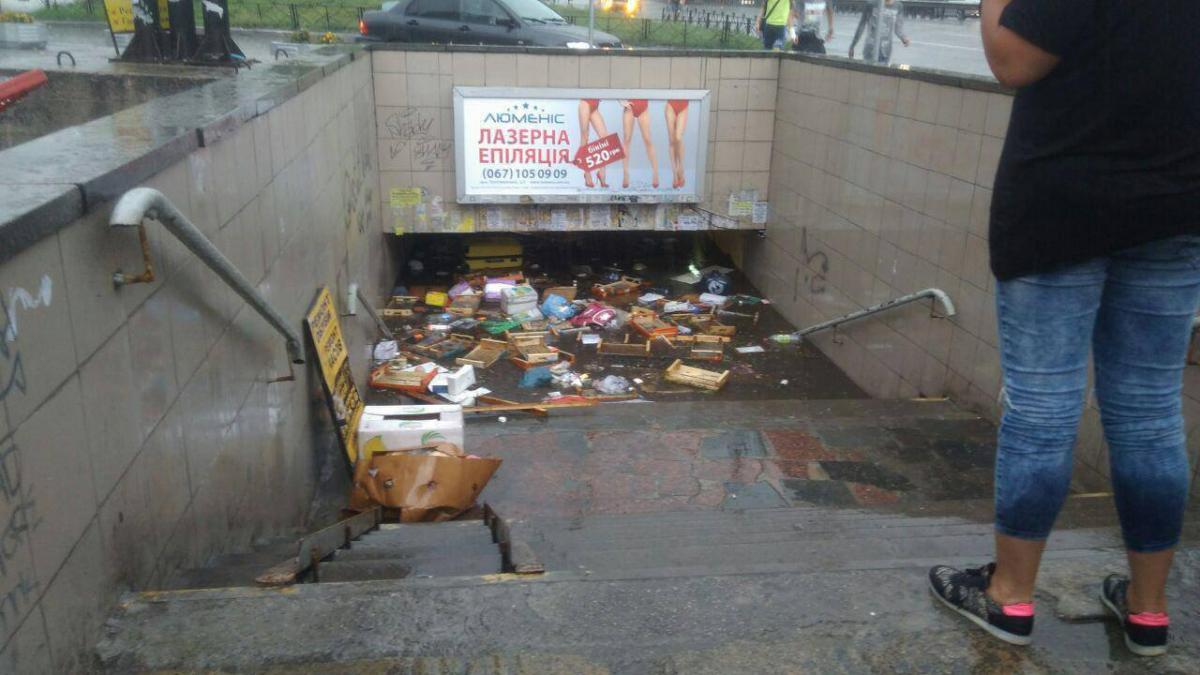 """""""Малий бізнес"""" упав перед силою стихії / фото Типовий Київ"""