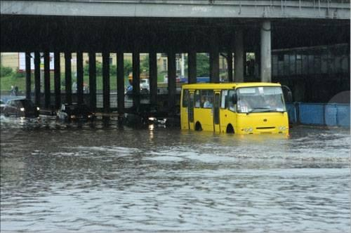 На Левобережке затопило дорогу \ фото Клуб коренного киевлянина
